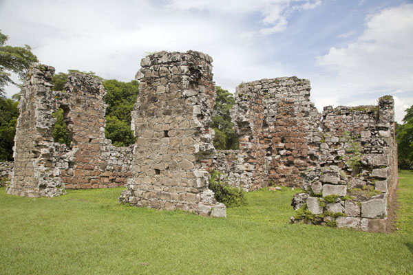 Ruins of Casa Alarcón, the largest private residence of Panamá Viejo, constructed in the 1640s | Panamá Viejo | le Panama