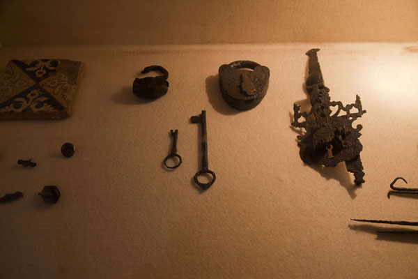 Photo de Items from the ruins on display in the small museum of Panamá ViejoPanama Ville - le Panama