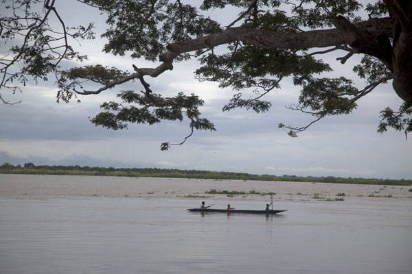 Canoe passing by Angoram on the Sepik river | Angoram | Papoea Nieuw Guinea