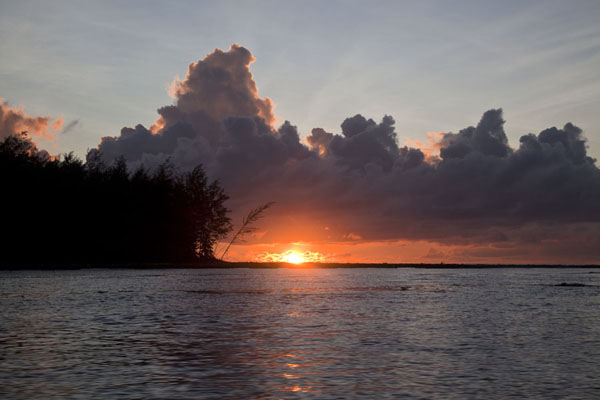 Foto van Sunrise at the mouth of the Sepik riverBetel nut run - Papoea Nieuw Guinea