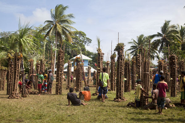 All villages of Kiriwina island have a stack of yams on the festival grounds | Gumilababa Festiviteiten | Papoea Nieuw Guinea
