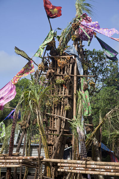 Looking up one of the tall piles of yams | Gumilababa Festiviteiten | Papoea Nieuw Guinea