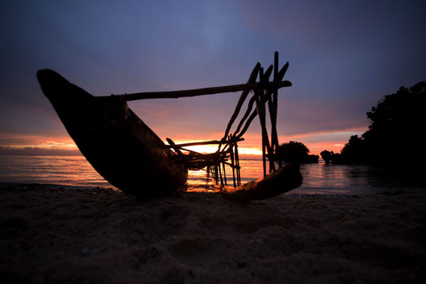 Traditional canoe on the beach of Kaibola at sunset | Kaibola | Papoea Nieuw Guinea