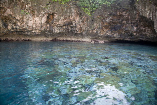 Foto van The crystal clear blue sea off the limestone cliffs just outside KaibolaKaibola - Papoea Nieuw Guinea