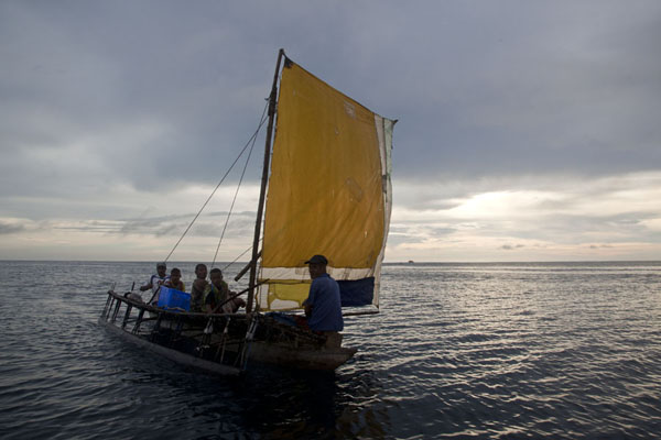 Foto van Traditional canoe with sail off the coast of KaibolaKaibola - Papoea Nieuw Guinea