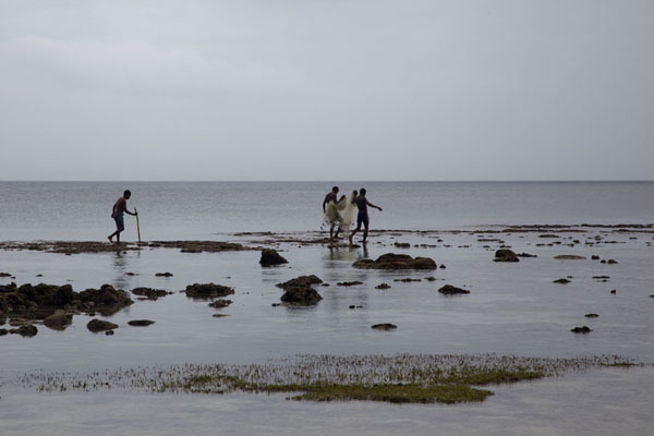 Foto van Fishermen hunting for fish off the beach of KaibolaKaibola - Papoea Nieuw Guinea