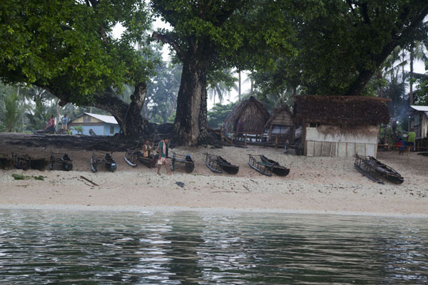 Traditional canoes lying on the beach of Kaibola | Kaibola | Papoea Nieuw Guinea