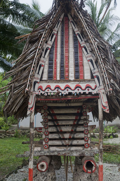 Photo de Yam house with red, black and white paint in Kaibola - Papouasie Nouvelle Guinée - Océanie