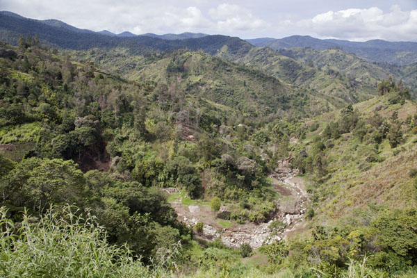 River running through the green mountainous landscape around Keglsugl | Keglsugl | Papúa Nueva Guinea
