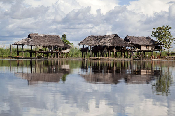 Photo de Houses on stilts on the Sepik riverFleuve Keram - Papouasie Nouvelle Guinée