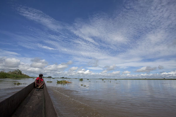 Foto de Canoe on the wide Sepik river west of Angoram - Papúa Nueva Guinea - Oceania