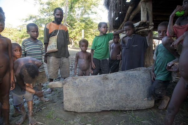 Villagers posing at a garamut, or traditional drumming instrument, in Kambaramba | Río Keram | Papúa Nueva Guinea