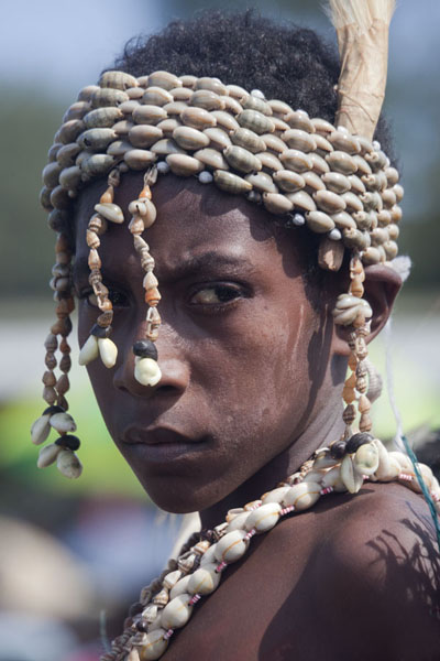 Foto van Girl from the Kambaramba group with shell decorationsMadang - Papoea Nieuw Guinea
