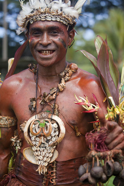 One of the men with body paint posing for a picture | Madang festival | Papoea Nieuw Guinea