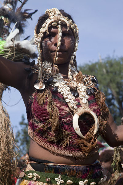 Foto van Girl with tusks in the Kambaramba groupMadang - Papoea Nieuw Guinea