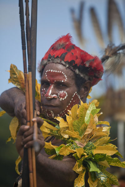 Archer from the Simbai group pointing his arrow at the photographer | Madang festival | Papoea Nieuw Guinea