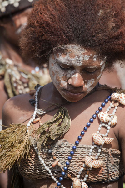 Girl in a group from Kambaramba | Madang festival | Papoea Nieuw Guinea