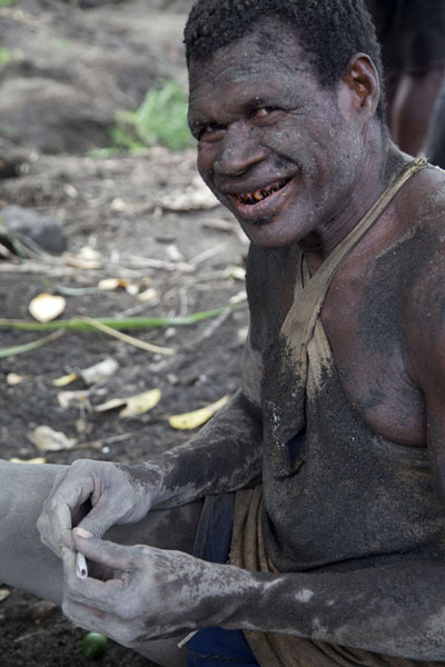 Foto van Egg gatherer covered in volcanic ash and betel nut stained teethMatupit - Papoea Nieuw Guinea