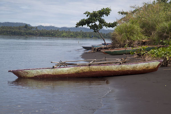Foto van Canoe lying on the beach close to the megapode fieldsMatupit - Papoea Nieuw Guinea