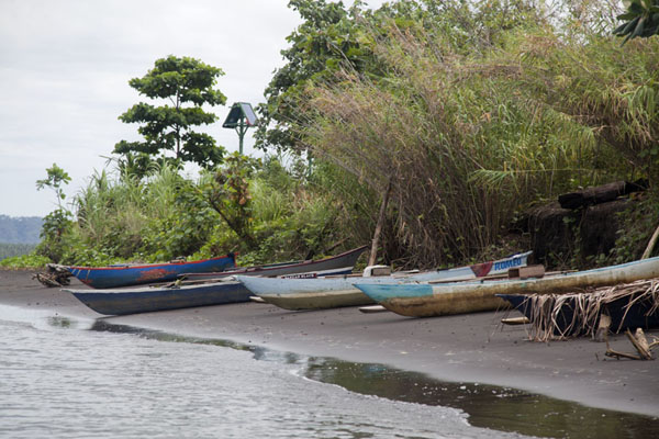 Foto van Canoes on the volcanic sand beach at the feet of Tavurvur volcanoMatupit - Papoea Nieuw Guinea