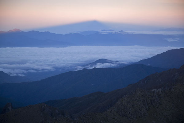 的照片 The silhouet of Mount Wilhelm projected on the far distance at sunrise - 巴布亚新畿内亚