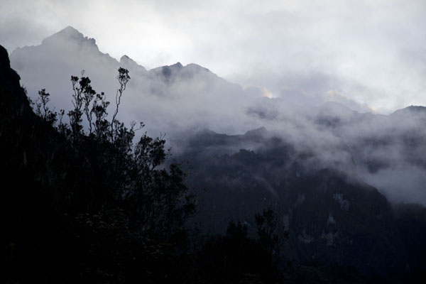 Picture of Mount Wilhelm (Papua New Guinea): Clouds around the mountains in the early evening