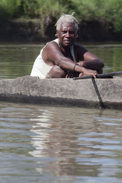 Woman in canoe on the Keram river | I Papua | Papua Nuova Guinea