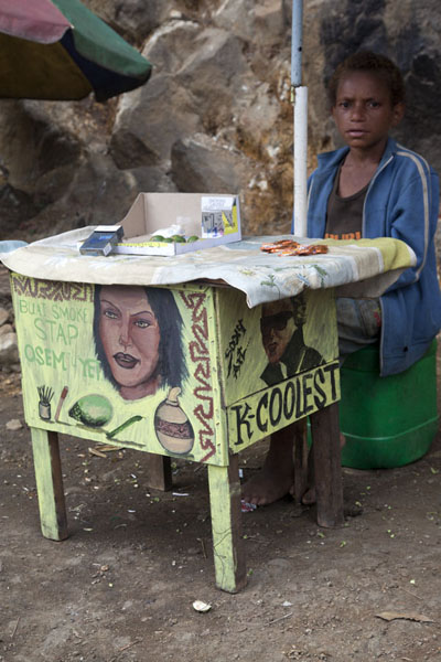 Foto van Boy selling betel nut and cigarettes on the roadside in the highlandsPapuas - Papoea Nieuw Guinea