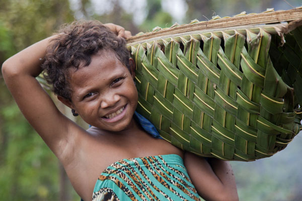 Girl with handmade bag full of yam near Kaibola | Papuas | Papoea Nieuw Guinea