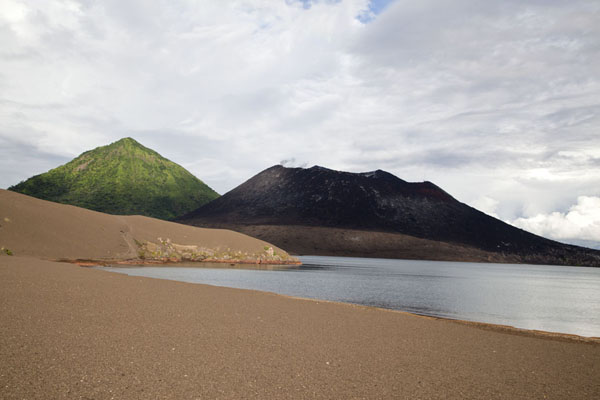 Beach with Tavurvur and South Daughter in the background | Rabaul Vulkanen | Papoea Nieuw Guinea