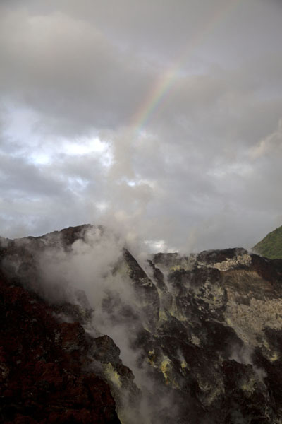 Photo de Crater of Tavurvur with rainbowRabaul - Papouasie Nouvelle Guinée