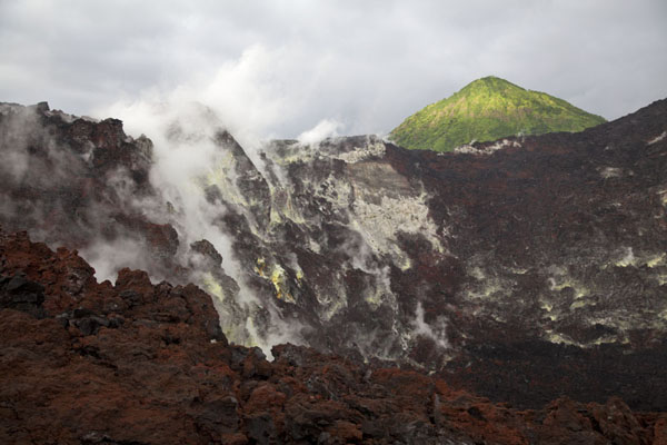 Photo de Smoke coming out of the crater of Tavurvur volcano - Papouasie Nouvelle Guinée - Océanie