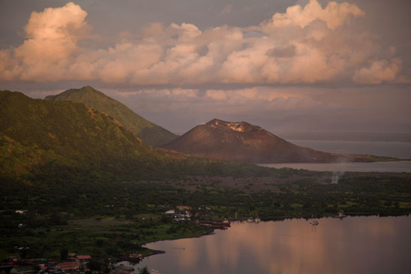 Foto van Tavurvur and clouds reflected in the calm waters of Simpson HarbourRabaul - Papoea Nieuw Guinea