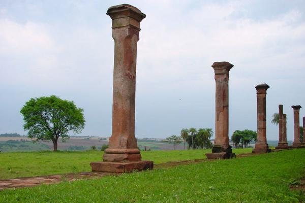 Foto di Columns on the outside of the missionJesus - Paraguay