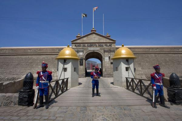 Foto de Guards at the entrance of the Fortaleza Real Felipe - Perú - América