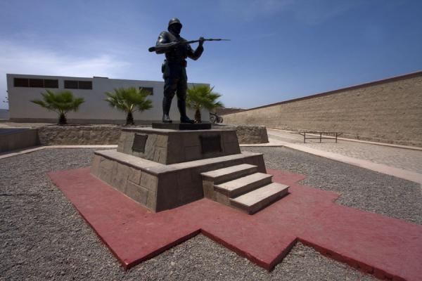 Picture of Fortaleza Real Felipe (Peru): Faceless statue of the Unknown Soldier in the Fortaleza Real Felipe