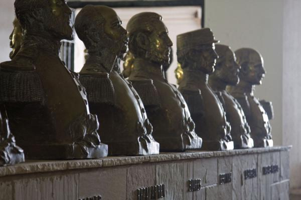 Picture of Fortaleza Real Felipe (Peru): Bustes of Peruvian military heroes in the museum of the Fortaleza Real Felipe