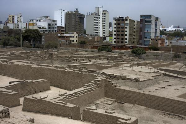 Ruins of Huaca Pucllana with modern buildings | Huaca Pucllana | Peru