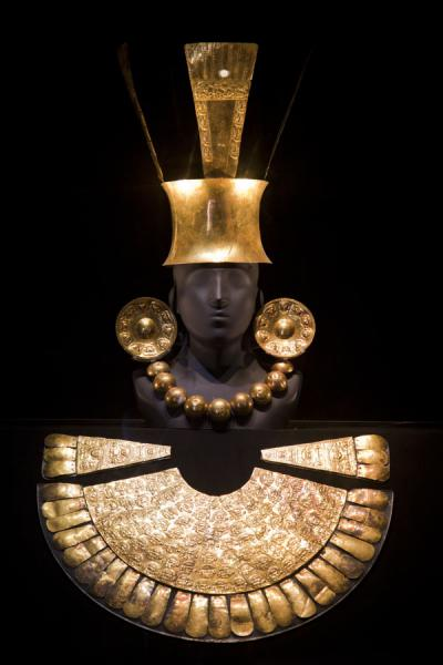Gold funeral offering of the Chim� period | Museo Arqueol�gico Rafael Larco Herrera | Perú
