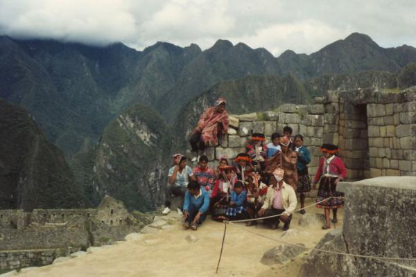 Foto de Group of traditionally dressed Peruvians at the ruins of Machu PicchuMachu Picchu - Perú