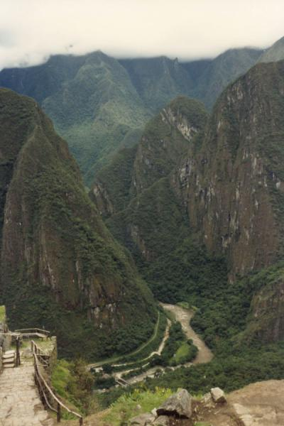 Foto de Looking down into the Urubamba valleyMachu Picchu - Perú