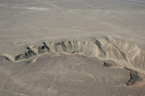 Picture of Nazca lines (Peru): Fault in Nazca desert with Hummingbird in the foreground