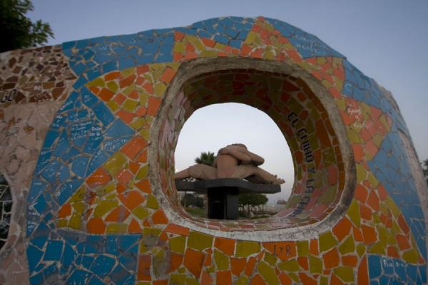 Picture of Parque del Amor (Peru): El Beso, sculpture seen through a hole in a bench of Parque del Amor
