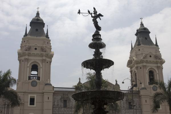 Bronze statue and cathedral at Plaza de Armas | Plaza de Armas | Peru