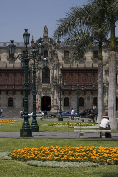 Foto di Flowers, lanterns and the archbishop's palace on Plaza de ArmasLima - Peru