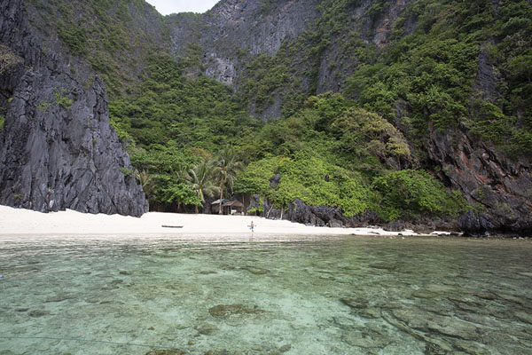 Foto de White beach on Minoloc Island, close to the Secret LagoonBacuit - Filipinas