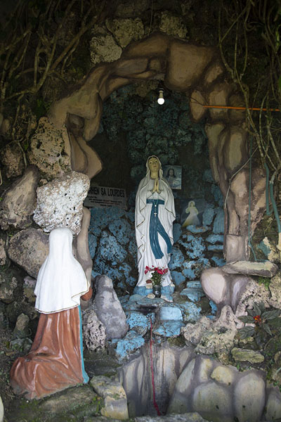 Small shrine for the Virgin of Lourdes | Chocolate Hills | Filippijnen