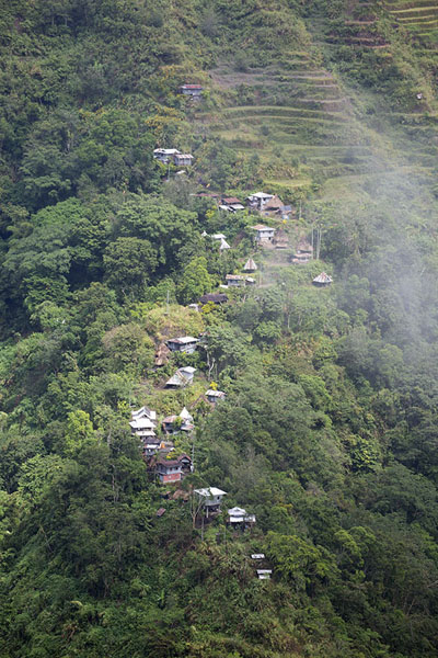 Foto de String of houses on a ridge near CambuloBatad - Filipinas