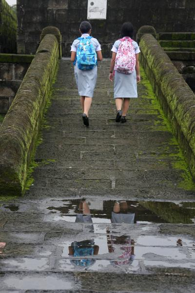 Foto van Philippino girls walking on the old city wallManilla - Filippijnen
