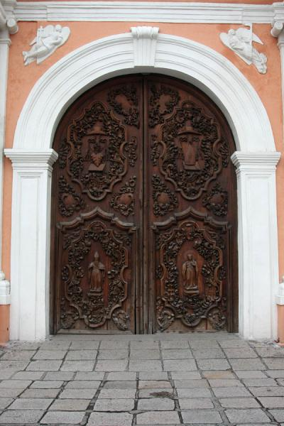 Foto van Monumental wooden door: entrance to San Agustin ChurchManilla - Filippijnen